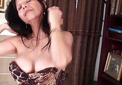 Femme d'âge mûr donne sa porte dérobée à un jouet sexuel et à une vidéos de porno gratuit bite