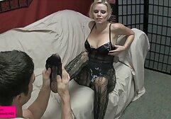 Une fille timide montre son corps parfait et se xxx des femmes touche