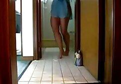 Une adolescente asiatique vêtue de bas sort film porno drôme une charge